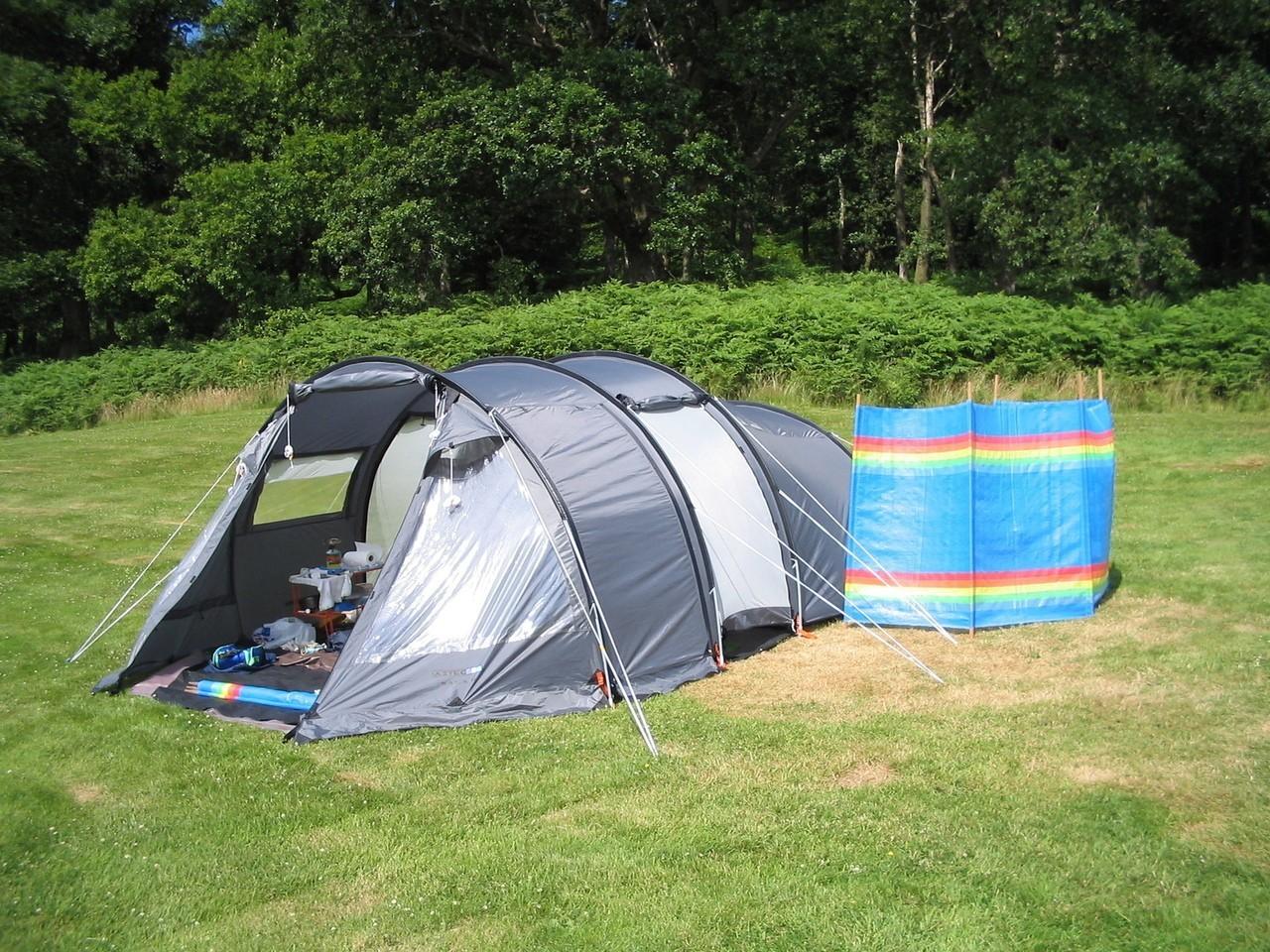 Dlaczego warto wyjechać pod namiot nad jezioro